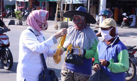 Srikandi DPRD Bagikan Masker dan Buah Jeruk DI Pasar Sambas